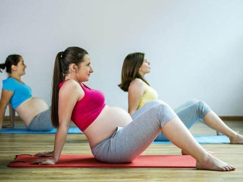 bà bầu tập yoga