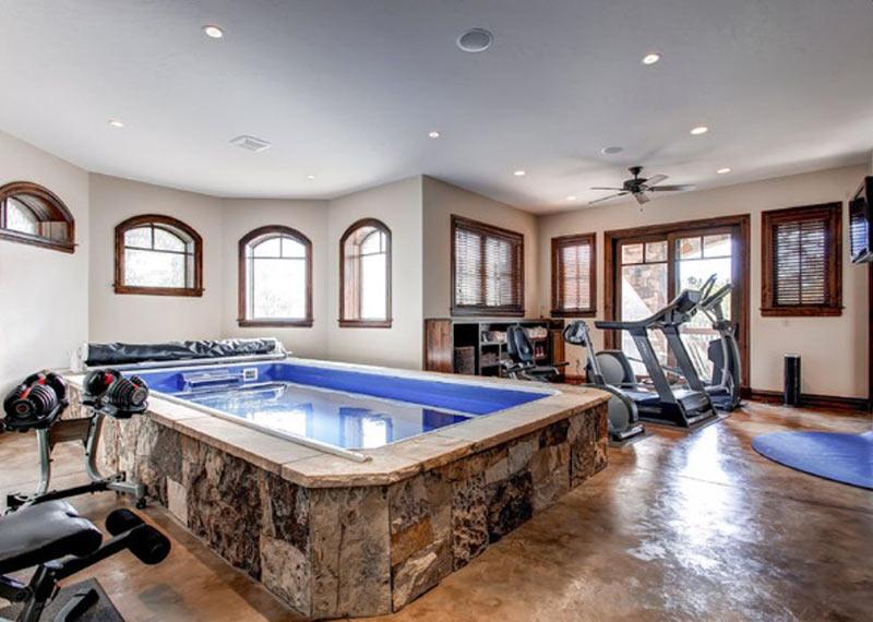 phòng tập gym có bể bơi tại gia đình