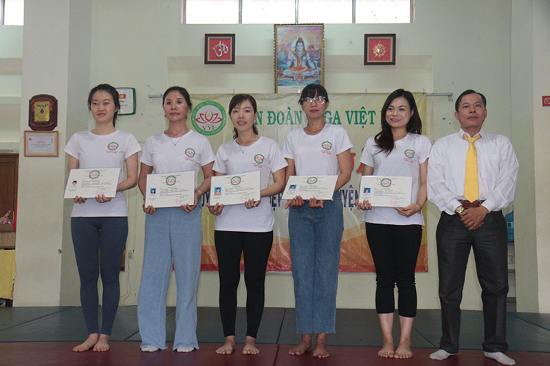 chung-chi-huan-luyen-vien-yoga