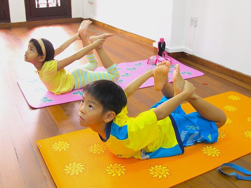 phong-tap-yoga-cho-tre-tu-ky